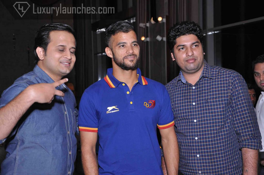 J P Duminy posses with his fans