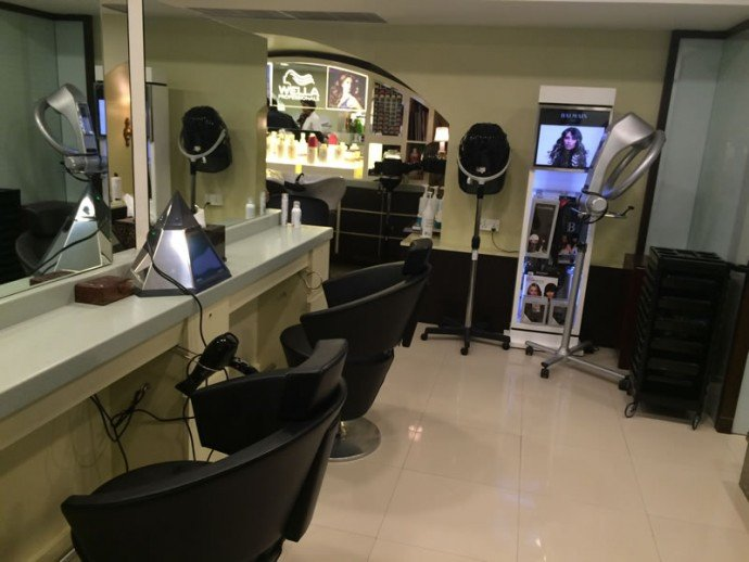 The women's hairstyling and hair ritual lounge at the salon.