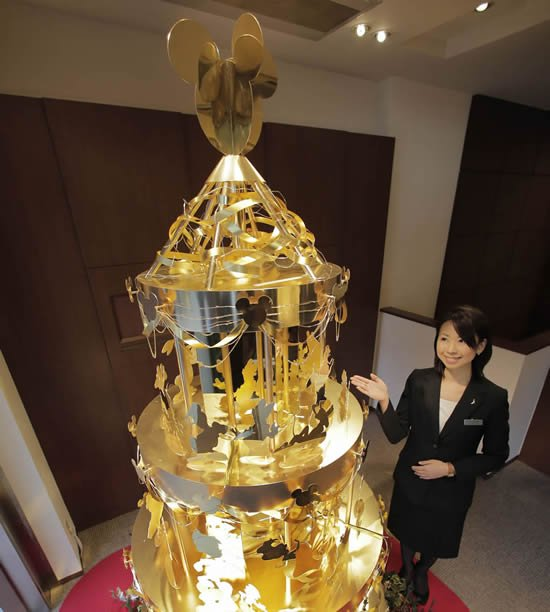 Gold Christmas Tree Unveiled To Mark The 110th Anniversary