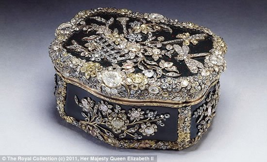 Display-Royal-jewels-Buckingham-Palace_4