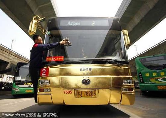 Gold-plated bus adds glamour to the roads of China : Luxurylaunches