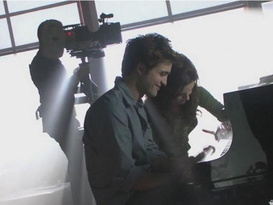 Kristen_Stewart_gifts_Robert_Pattinson