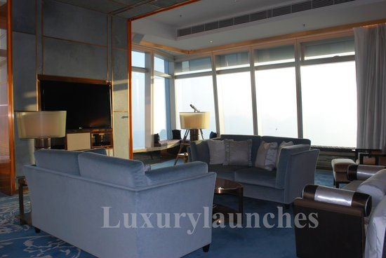 Ritz-carlton-hong-kong-presidential-suite-study-thumb-550x368