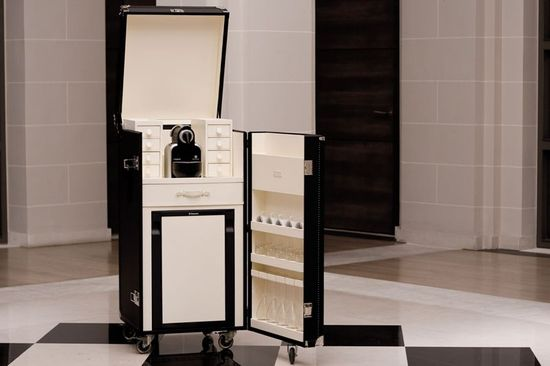 A 15 800 t t malle mini bar trunk serves coffee and champagne - Mobili bar da salotto ...