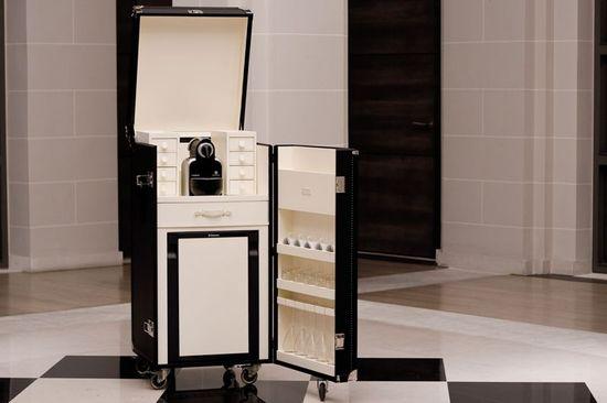 A 15 800 t t malle mini bar trunk serves coffee and - Mobile bar da appartamento ...