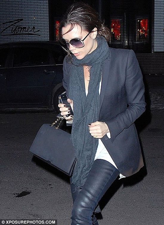 Victoria-Beckham-with-gold-iPhone-3