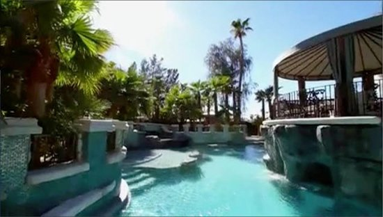 Las Vegas Biggest Private Pool Boasts Of A Champagne Filled Hot Tub