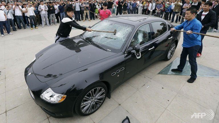 Chinese man smashes his $420,000 Maserati Quattroporte in protest of bad service : Luxurylaunches