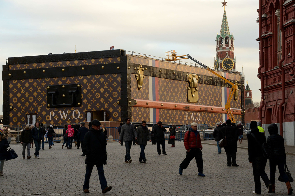 a gigantic louis vuitton trunk takes over the red square. Black Bedroom Furniture Sets. Home Design Ideas