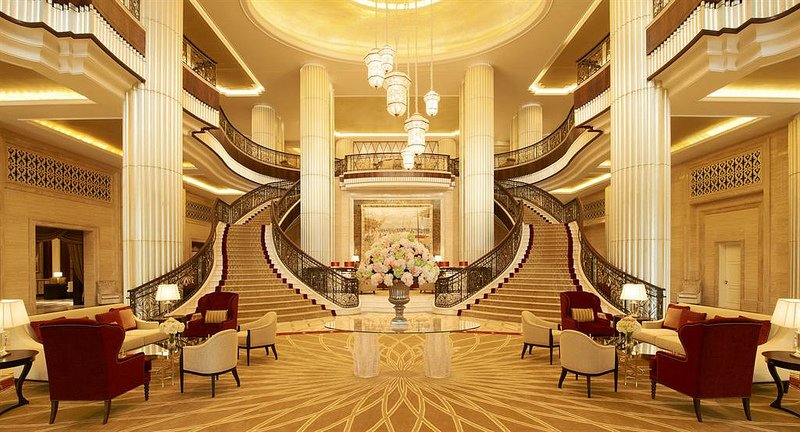 st-regis-abu-dhabi-reception-hall-grand-staircase