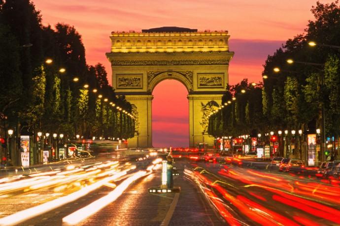 Frankreich: Avenue des Champs Elysees und Arc de Triomphe