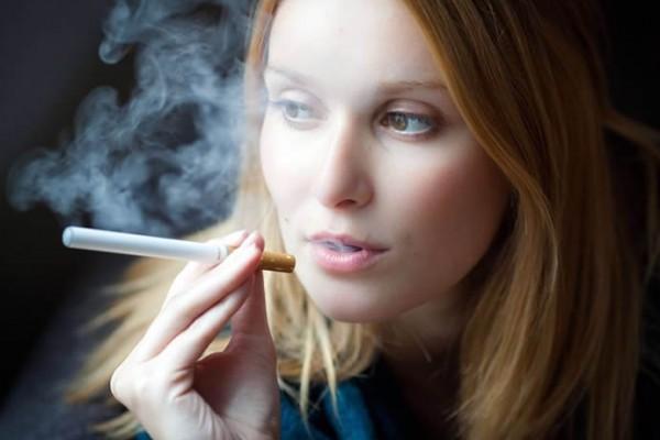 donna-con-sigaretta-elettronica