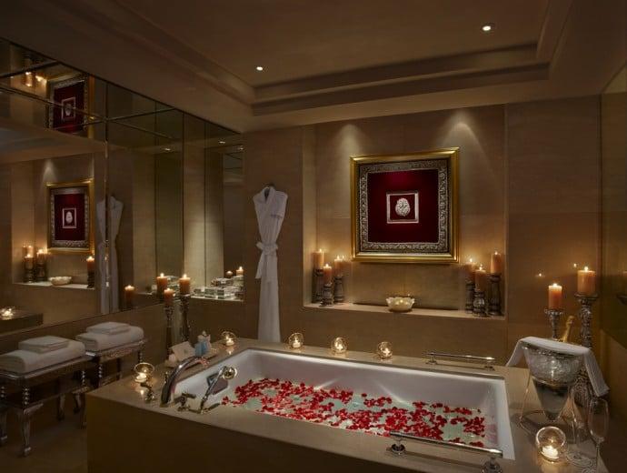 the-leela-palace-udaipur-maharaja-suite-bathroom
