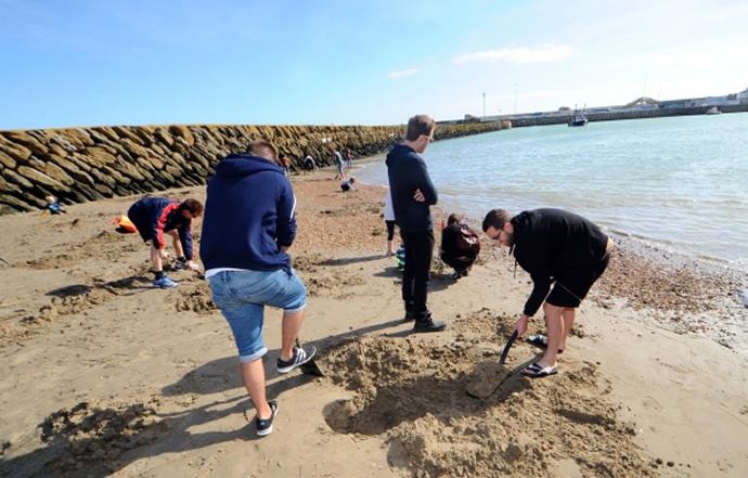 German artist buries $16,000 worth gold on British beach for locals to find and keep