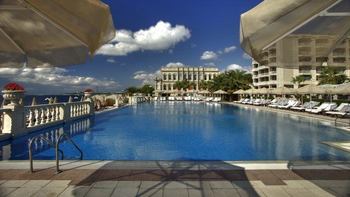 outdoor-infinity-pool