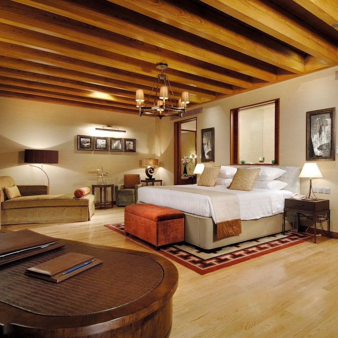 grand-ski-chalet-master-bedroom