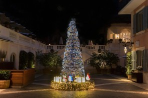 Fendi's luxurious Christmas tree adorns the Rocco Forte's Hotel de Russie in Rome
