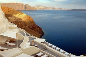 We pick the  5 best luxury hotels in Santorini