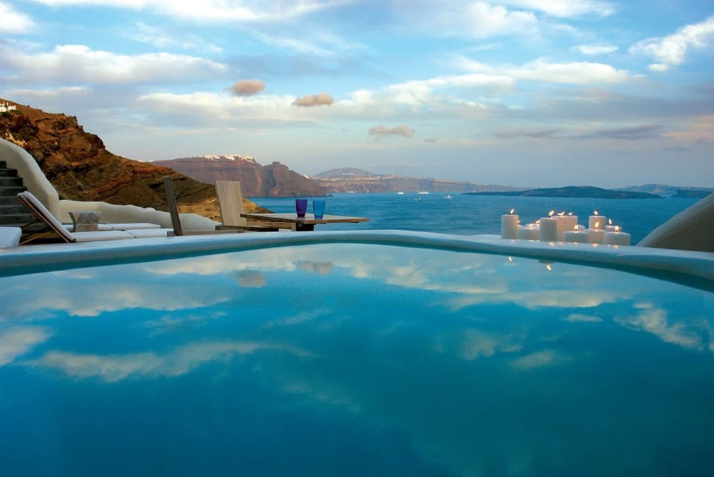 We pick the 5 best luxury hotels in santorini for Hotels in santorini with infinity pools