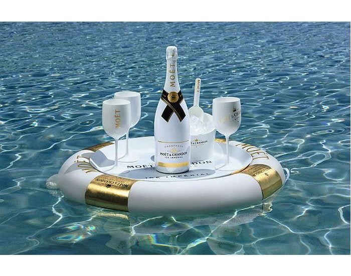Ice imperial moet chandon s latest goes on the rocks for Bar flottant pour piscine