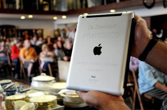 pope-fransis-ipad-auction-1