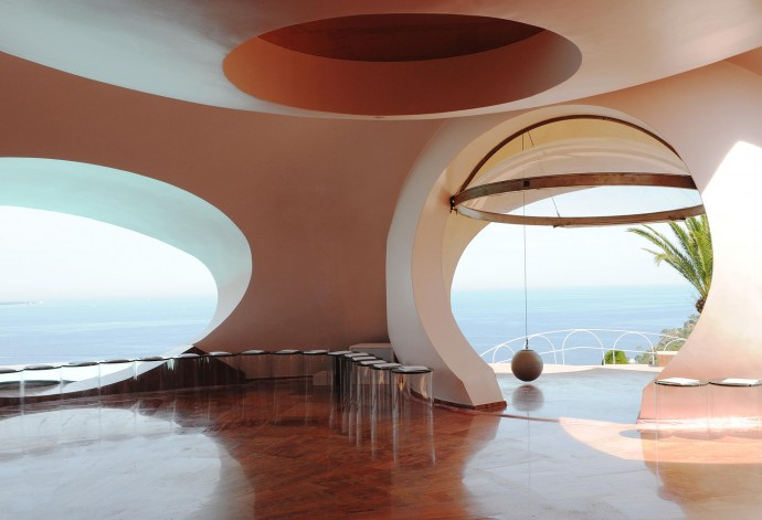 Perched on the cliffs of Théoule-sur-Mer, the PalaisBulles (Bubble Palace) is organic and avant-garde, a stark contrast to the more visible concrete and straight lined industrial expression.