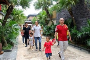 Chinese-gives-children-becoming-rich-through-luxury-villa-tours-1