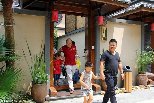 Chinese-gives-children-becoming-rich-through-luxury-villa-tours-4