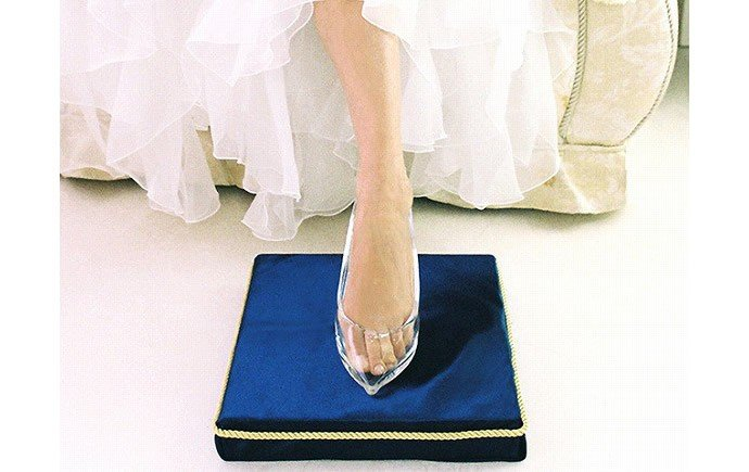Cinderella-story-with-replica-Japanese-glass-shoes-3