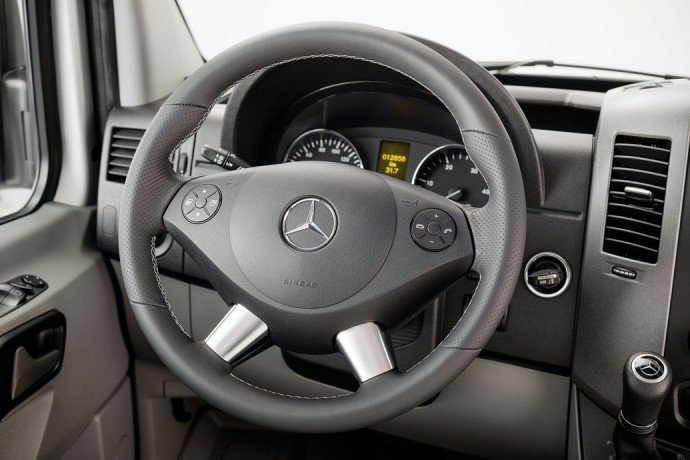 Mercedes benz introduces limited edition sprinter van to for Lederen interieur auto