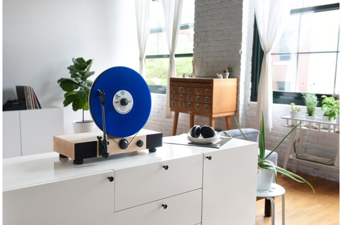 Floating-Record-Vertical-Turntable-1