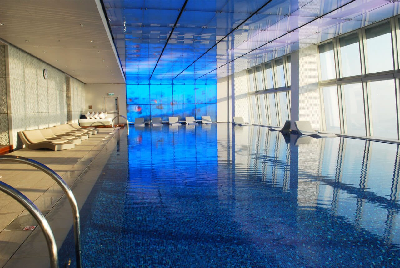 Review ritz carlton hong kong swimming pool blue oasis on top of the world for Burj khalifa swimming pool 76th floor