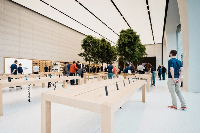 jony-ive-apple-store-3