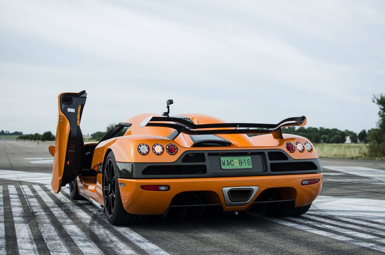 christian von koenigsegg races in a bugatti veyron against a ccxr and loses. Black Bedroom Furniture Sets. Home Design Ideas