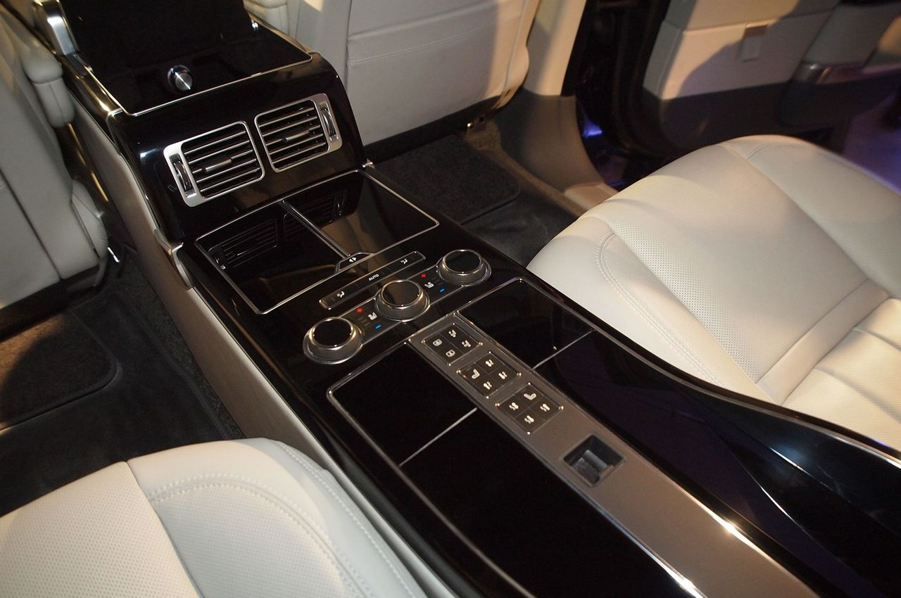 http://luxurylaunches.com/wp-content/uploads/2015/10/Range-rover-4.jpg