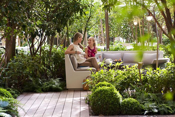 paris-garden-mother-and-daughter-1