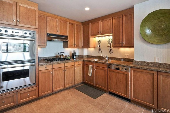 The-kitchen-offers-plenty-of-counter-space-and-state-of-art-appliances-