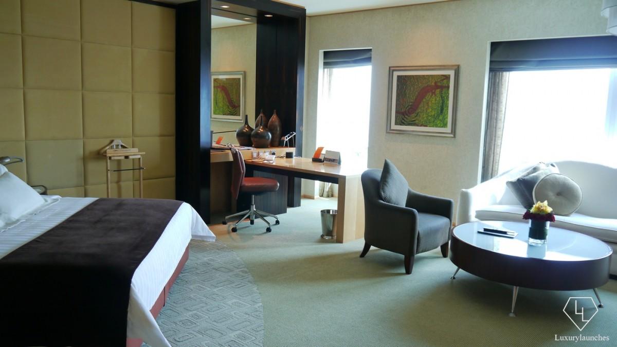 Shangri-La-Dubai-desk