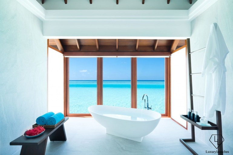 Anantara_Dhigu_Resort_Over_Water_Suite_Bathtub