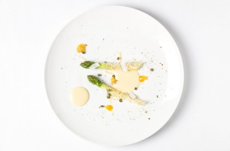 Asperges vertes fleurées de câpres et noix de coco rôtie, sabayon monté surt un jus d'orange maltaise