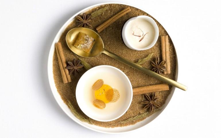 Lait mousseux aux noissettes rafraîchi à l'orange safrannée Aloe vera à la datte vanillée et yuzu, Mangue confite sur le foin, gel de flouve