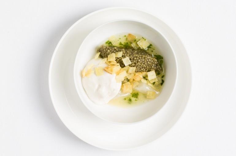 Mousse de moelle et caviar osciètre, jus de livèche, salsifis fumés et pétales de pommes croustillants