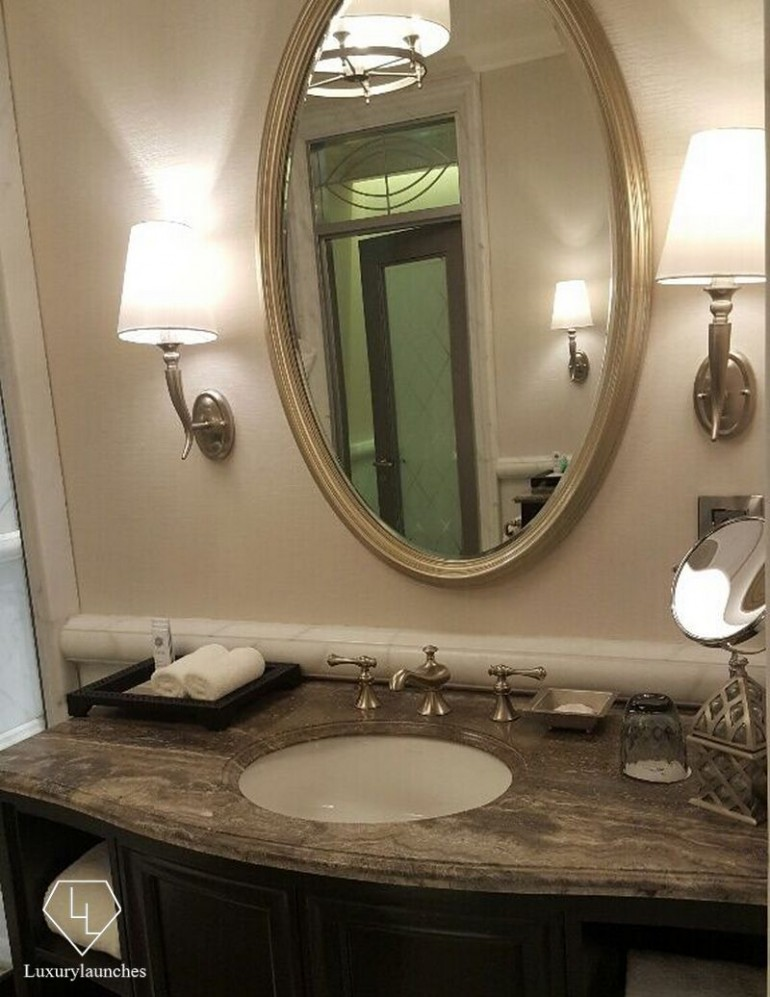 Grey-dusted silver furnishing and fittings in the bathroom