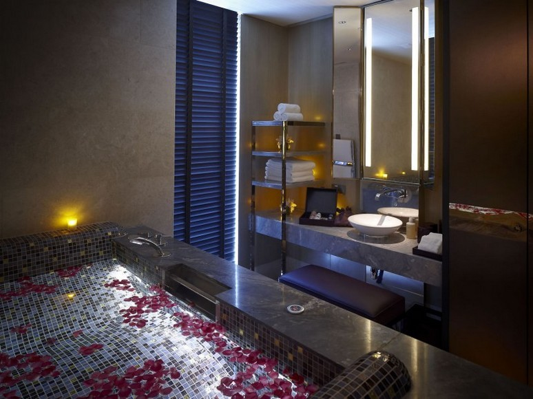 8-The-vitality-pool-in-the-couples'-suite-in-bamboo-inspired-marble-770x577