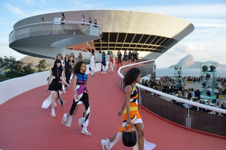 Louis-Vuitton-2017-Cruise-Collection-Rio-de-Janeiro  (11)