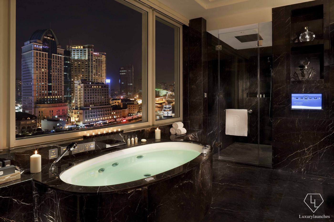 25 coolest hotel bathrooms in the world 2016 for Hotel luxury world