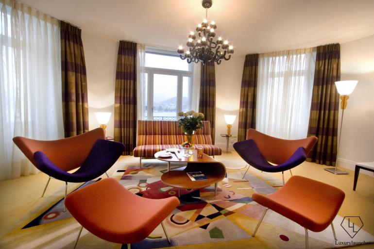 A cozy yet color-intensive interior in keeping with both the expressive art of Kandinsky, Miró and Marc Chagall.