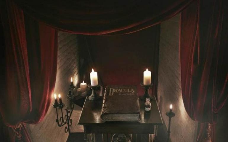 halloween-at-dracula-castel-airbnb-1
