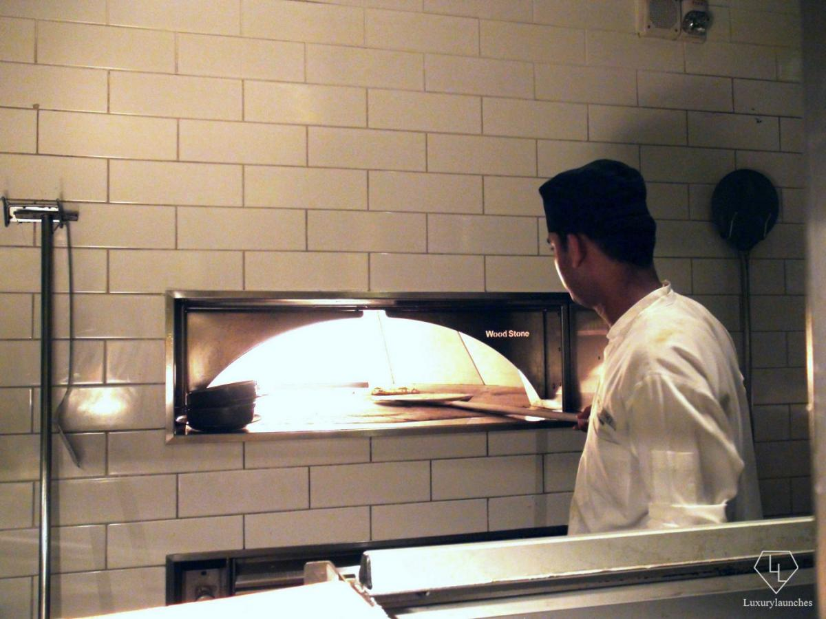 Tackling the heat of the pizza stone oven to create a crunchy vegetarian pizzetta