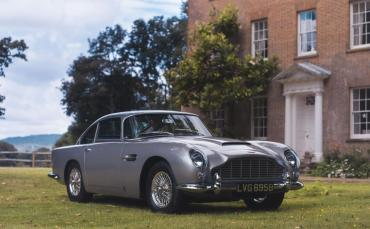 aston-martin-db5-sold-using-apple-pay-1